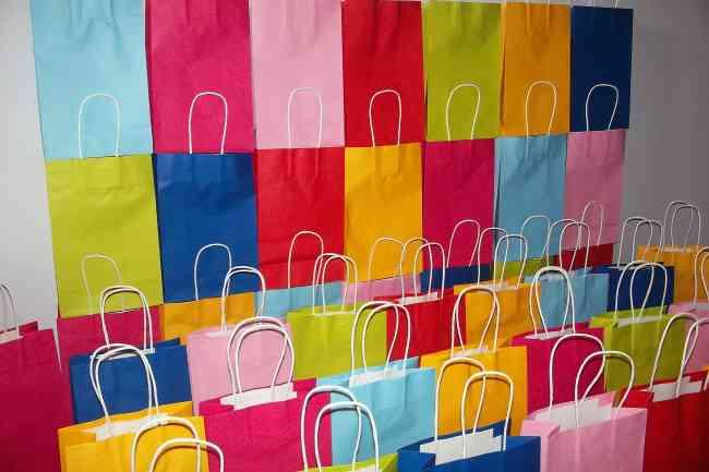 BOLSAS de papel y plástico para regalos y tiendas.