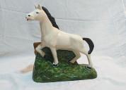 Adorno de caballo pura sangre en cerámicas, usado